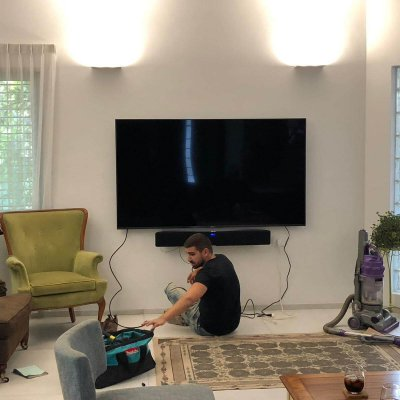 תמונה ראשית לעמוד התקנת טלויזיה על קיר הגדול בהתקנות מתקין טלוויזיות מקצועי ביחד אישי
